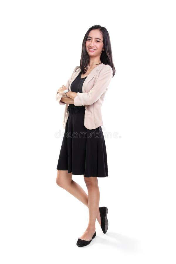 Tillfälligt anseende för gladlynt ung affärskvinna arkivfoton