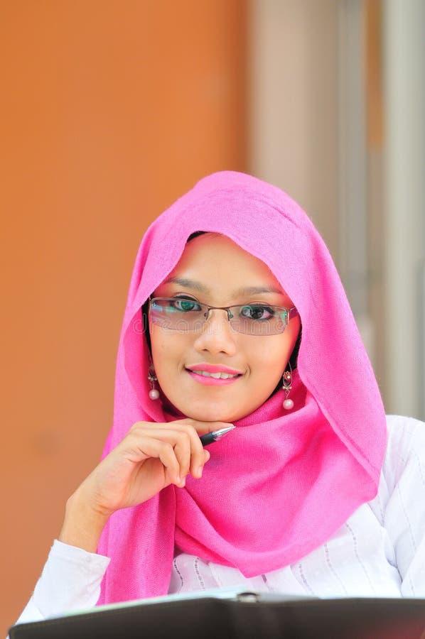 tillfälligt barn för muslimståendekvinna arkivbilder