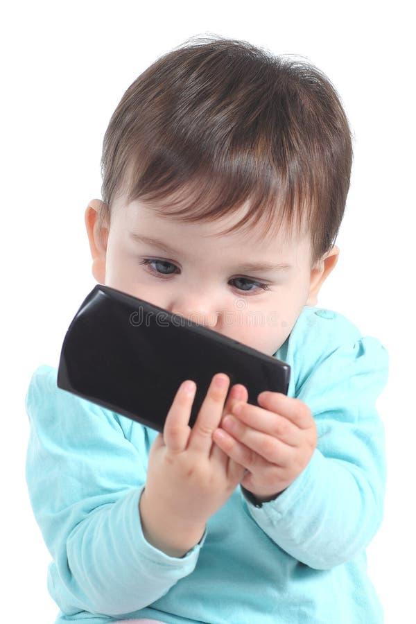 Tillfälligt behandla som ett barn att hålla ögonen på som är uppmärksamt en mobiltelefon fotografering för bildbyråer