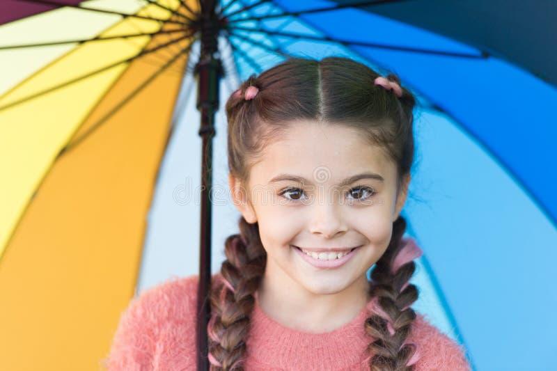 Tillfälligt härligt lycklig barndom Hösten smyga sig Lycklig liten flicka med det färgrika paraplyet Höstmode för gulligt royaltyfria bilder