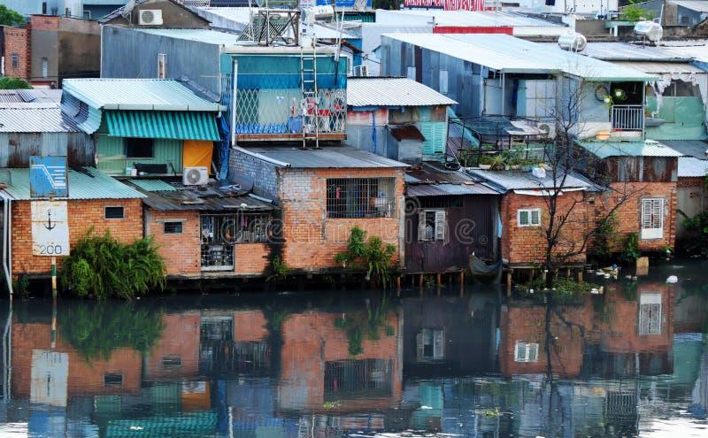 Tillfälligt hem för fattig flodstrand royaltyfri foto