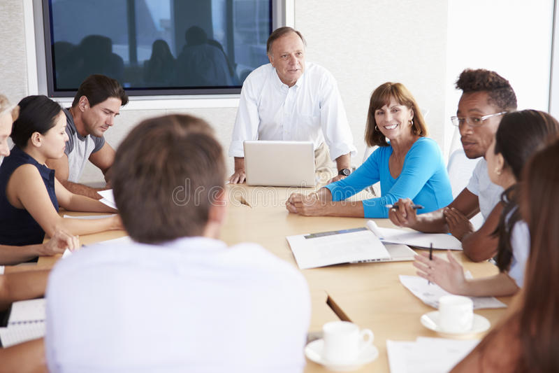 Tillfälligt klädda Businesspeople som har möte i styrelse arkivfoton