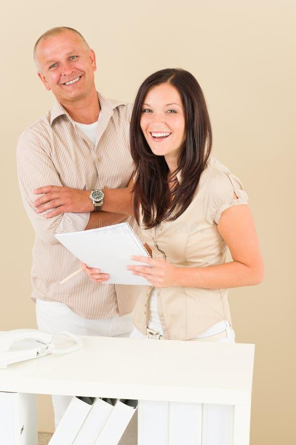tillfälligt le för affärsmanaffärskvinna arkivfoton