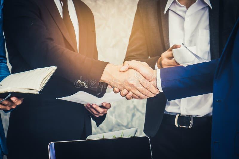 Tillfälligt möte för affärslag och diskutera i arbetsplats royaltyfria foton