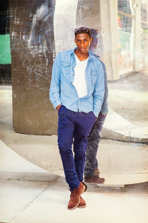 Tillfälligt mode för ung afrikansk amerikanman i New York royaltyfri fotografi