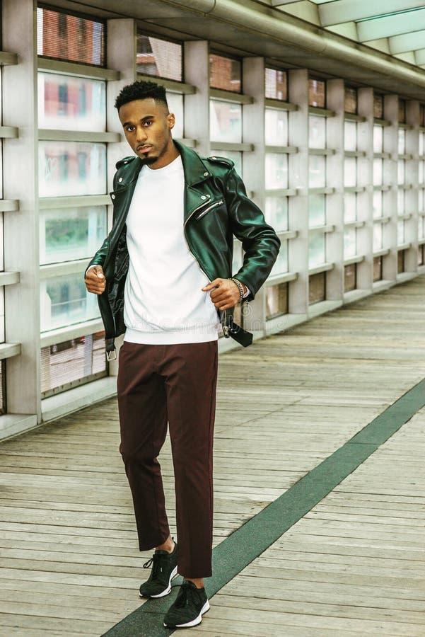 Tillfälligt mode för ung man i New York arkivbild