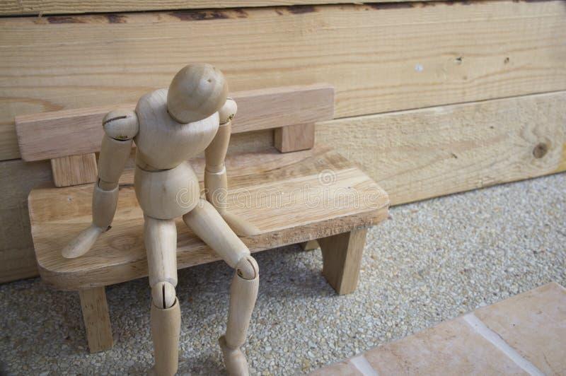 Tillförordnad ensam trästol för falsk wood man royaltyfria foton