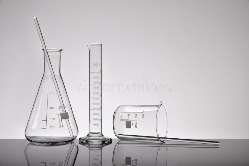 Tillförsel av kemiska behållare för tomt laboratorium på grå färgdetaljen VI arkivfoton