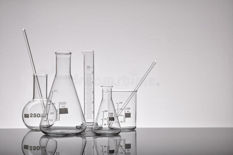 Tillförsel av kemiska behållaregrå färger för tomt laboratorium arkivfoto