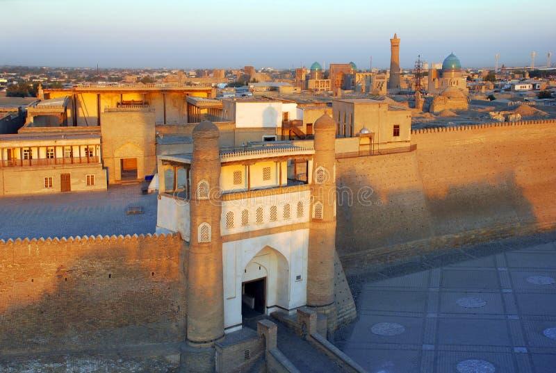 Tillflyktfästning i Bukhara på solnedgången royaltyfri bild