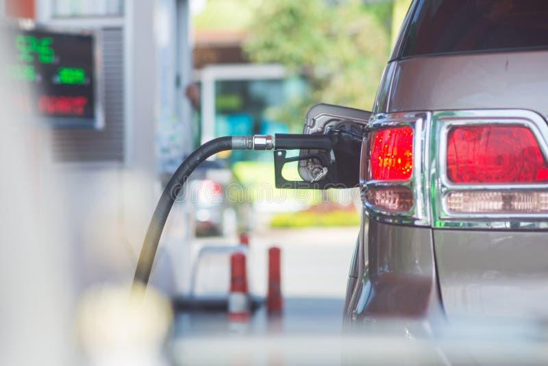 Tillfoga bränslebilen i bensinstation royaltyfri bild