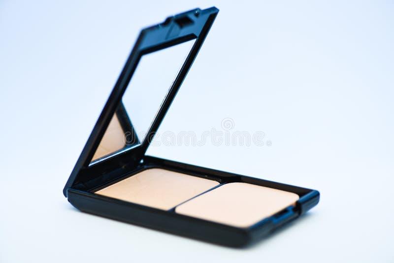 Tillfoga någon färg till kinder Pulver med spegelslut upp på vit bakgrund Naturligt pulver för känslig hud _ royaltyfria bilder