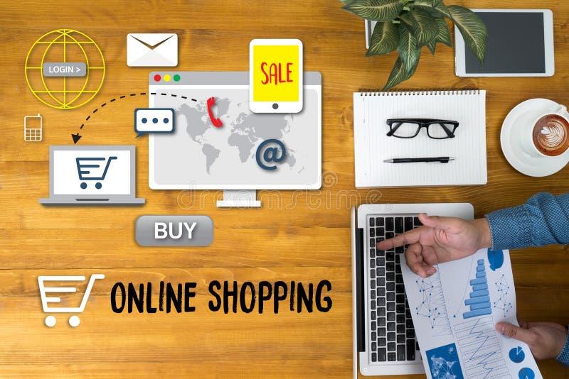 Tillfoga till vagnen som online-beställningslagerköpet shoppar online-betalningshopping arkivfoto