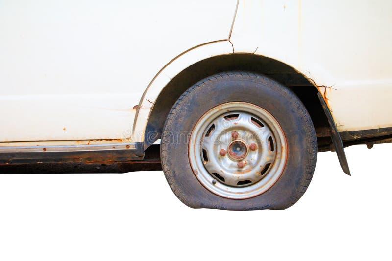 Tillfogar det plana gummihjulet för hjulet av det gammalt för bil som isoleras på vit bakgrund, och den snabba banan med kopierin royaltyfri fotografi