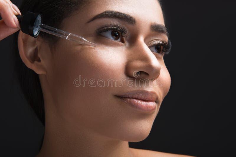 Tillfredsställd flicka som får special hudbehandling royaltyfria bilder