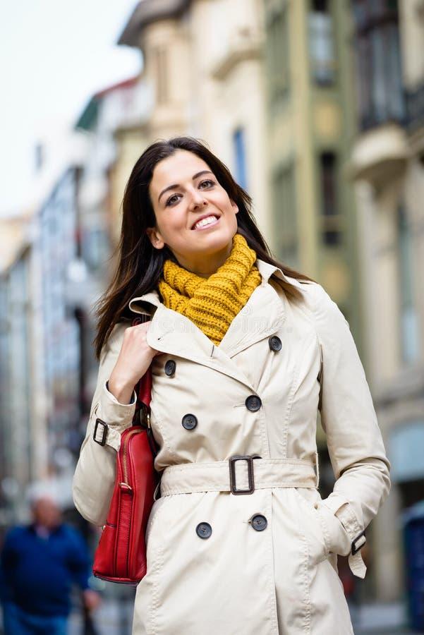 Tillfredsställd stillsam kvinna som går ner gatan royaltyfria foton