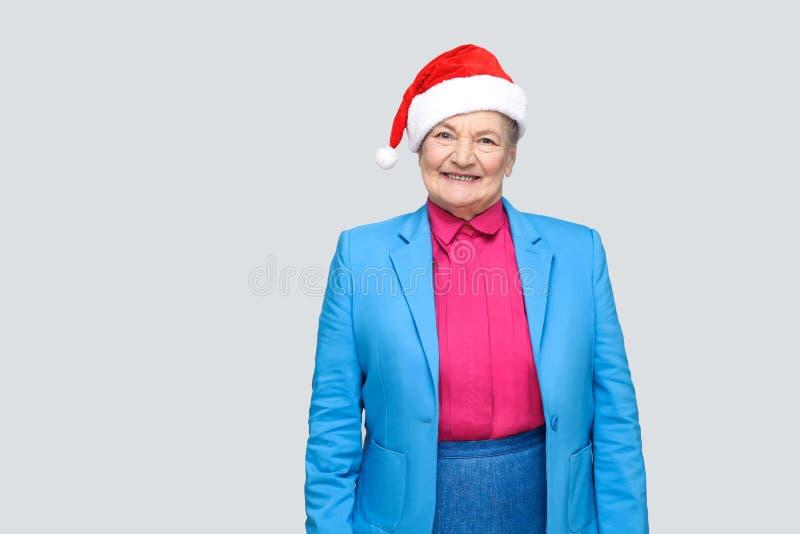 Tillfredsställd toothy le färgrik tillfällig stil åldrades kvinnan med b royaltyfri fotografi