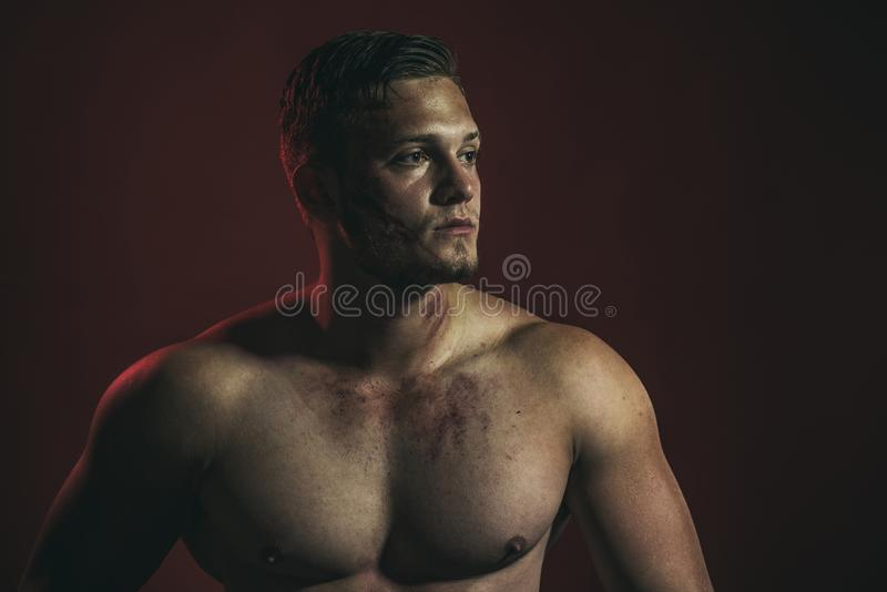 Tillfredsställt med hans arbete Stark man med den muskulösa mannen för muskulös bröstkorg Byggnadsarbetare eller byggmästare Arbe royaltyfri bild