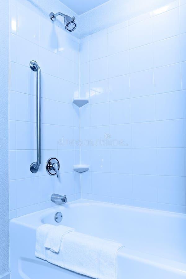 tillgänglig badkardusch arkivfoto