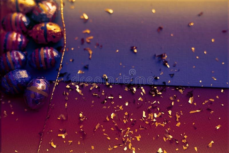 tillgänglig hälsning för korteaster eps mapp Kort för påskägg med guld- konfettier på yttersida r r royaltyfri fotografi