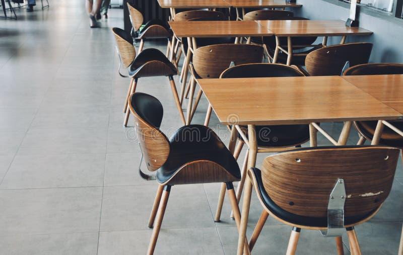 Tillgänglig trästol och trätabell i restaurang, kantin eller kafé arkivbilder