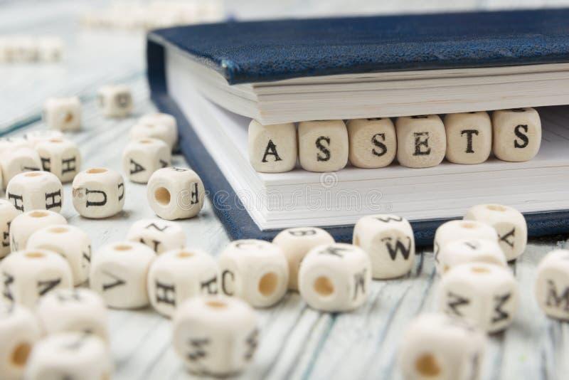 Tillgångar uttrycker skriftligt på träsnittet arkivfoton