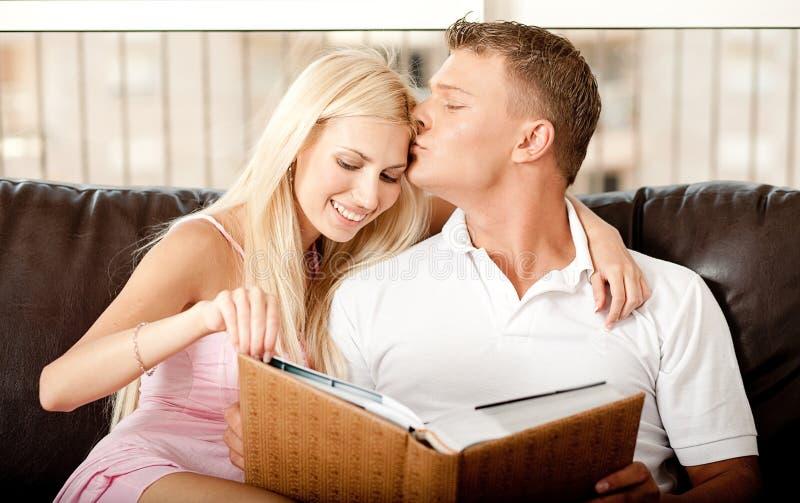 tillgiven kyssande man arkivfoton
