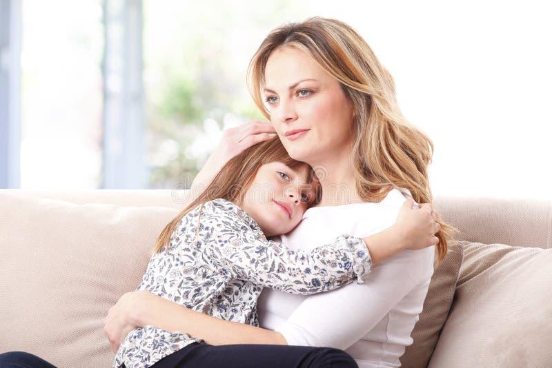 Tillgiven moder och hennes gulliga dotter arkivfoton