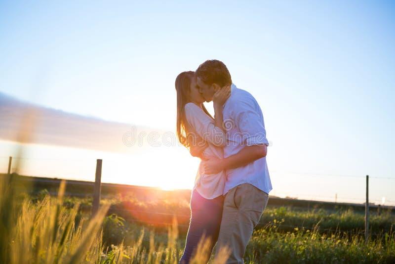 Download Tillgivna Par Som Kysser I Fält Fotografering för Bildbyråer - Bild av älska, kyssa: 78725807