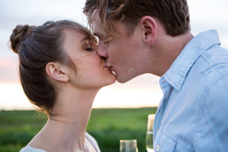 Download Tillgivna Par Som Kysser I Fält Arkivfoto - Bild av fritid, härlig: 78725884