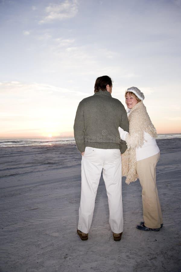 tillgivna tröjor för strandparpensionär royaltyfria foton