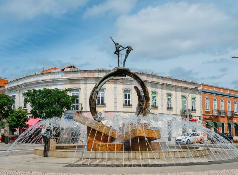 Tillkrånglad vattenspringbrunn på ingången av den Loule staden i den Algarve regionen av Portugal royaltyfri bild
