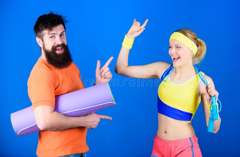 Tillsammans starkare Sportutrustning Sportig parutbildning med matt kondition och överhopprepet Skäggig man för lycklig kvinna arkivfoton