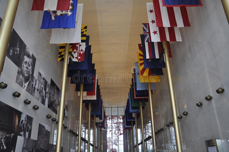 Tillståndsflaggor i Kennedy Center Memorial från Washington District av Columbia USA royaltyfria foton
