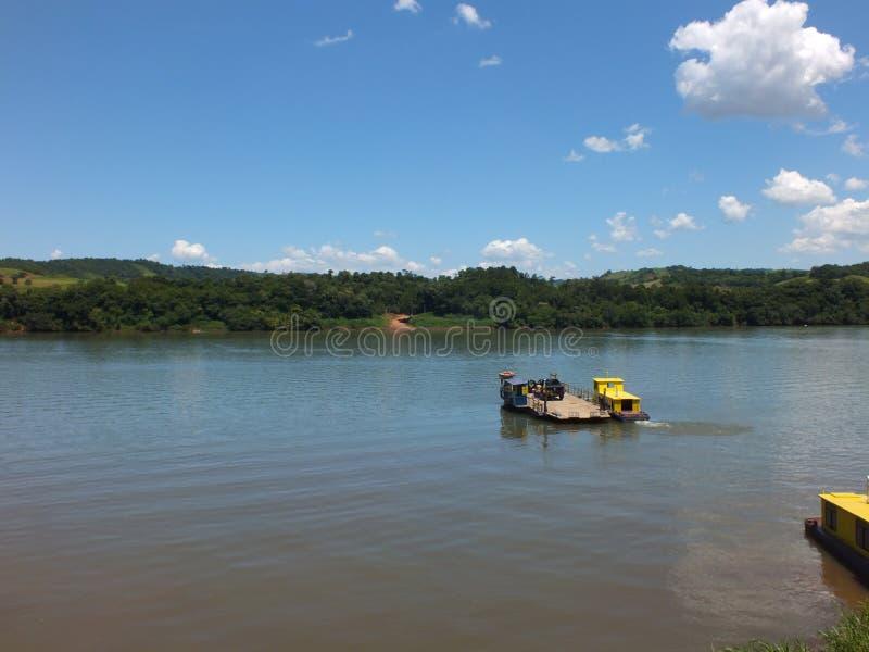 Tillståndsgräns, i söderna av Brasilien korsa den Uruguay floden royaltyfri fotografi