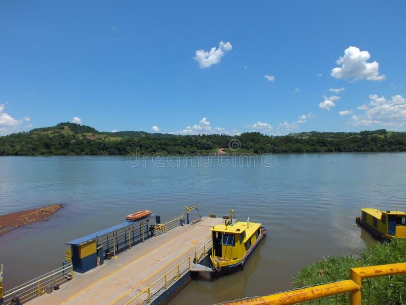 Tillståndsgräns, i söderna av Brasilien korsa den Uruguay floden arkivbild