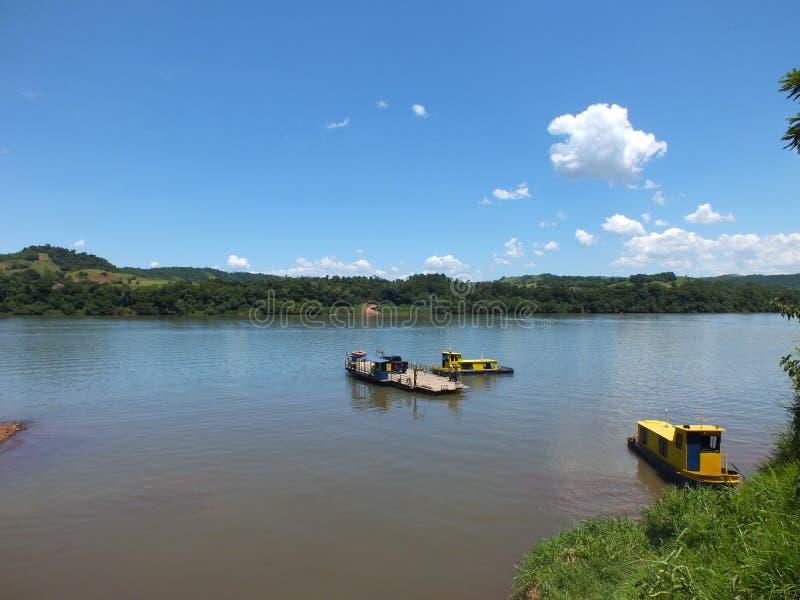 Tillståndsgräns, i söderna av Brasilien korsa den Uruguay floden arkivfoto