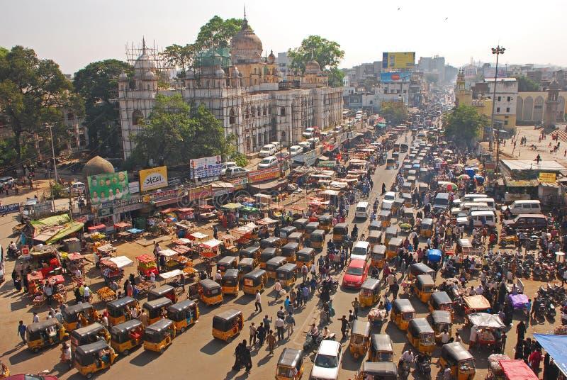 Tilltäppt upptagen & överbefolkad väg för trafik, med kollektivtrafik