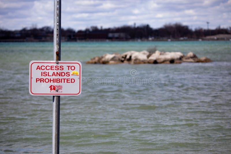 Tillträde för ön för rekreationfartyglanseringen förböd varnande royaltyfria bilder