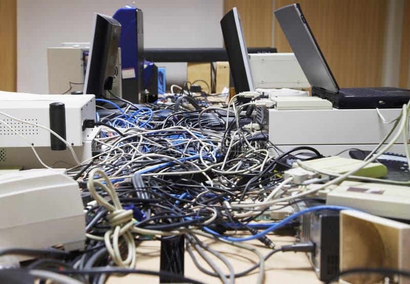 Tilltrasslade datortrådar royaltyfri foto