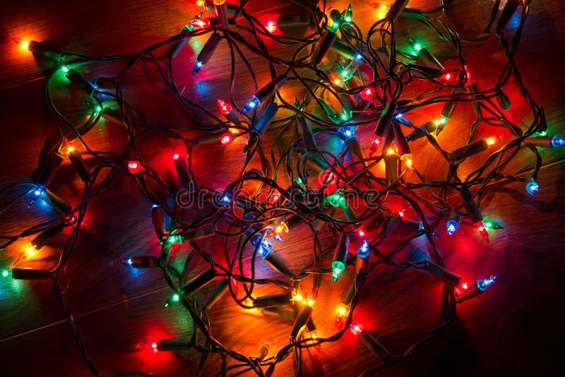tilltrasslade jullampor royaltyfria bilder