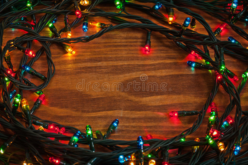 Tilltrasslade LEDDE julljus på träbräde royaltyfri foto