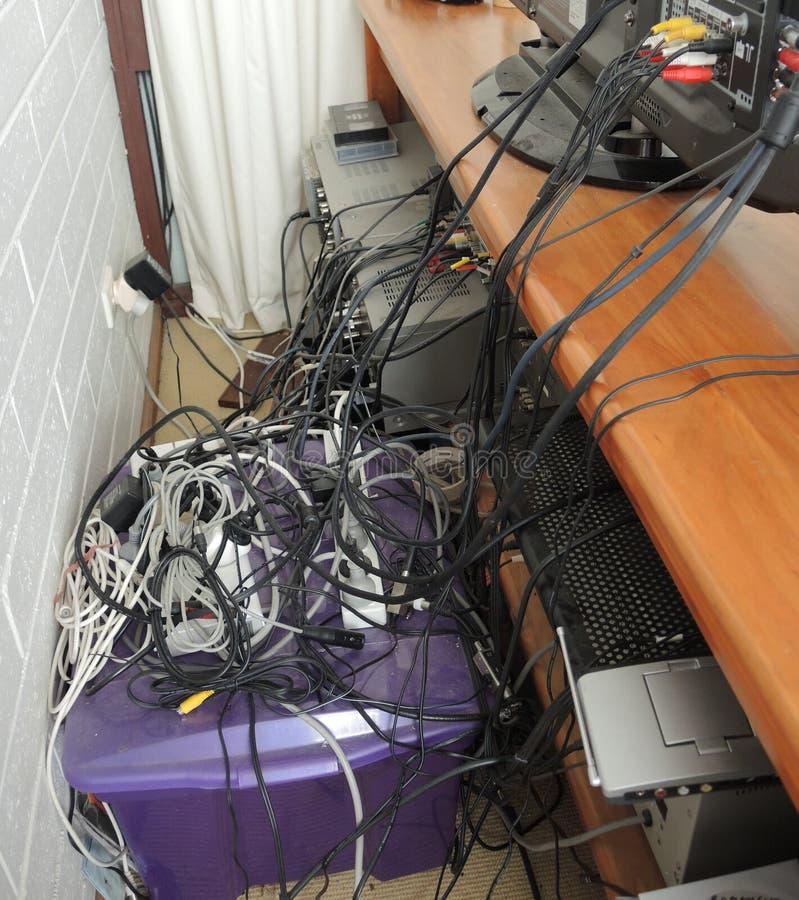 Tilltrasslade smutsiga elektriska kablar royaltyfria foton