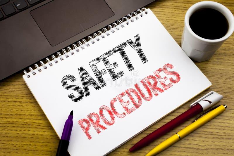 Tillvägagångssätt för säkerhet för handstiltextvisning Affärsidé för politik för olycksrisk som är skriftlig på anteckningsbokbok arkivfoto