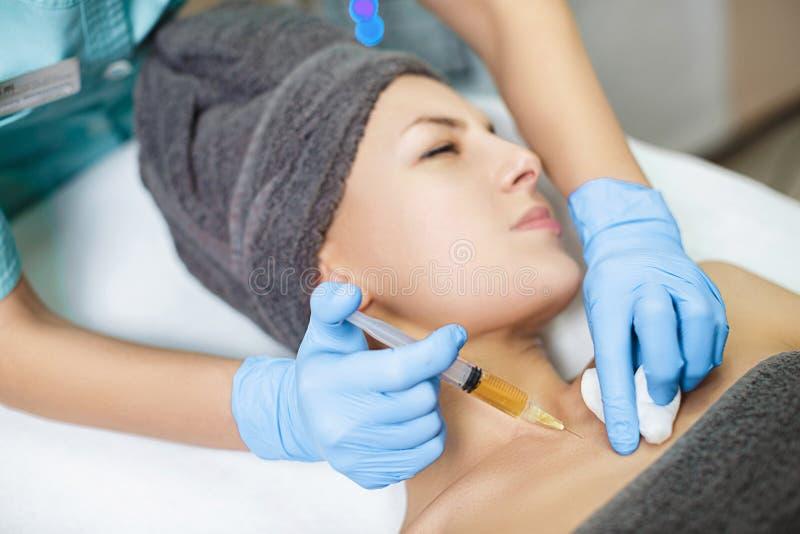 tillvägagångssättPlasmolifting injektion plasmainjektion in i huden av patienten royaltyfri fotografi