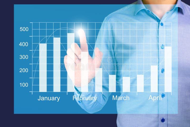 Tillväxt för affärsmanvisningaffären på ett diagram, händer trycker på grafen royaltyfria bilder