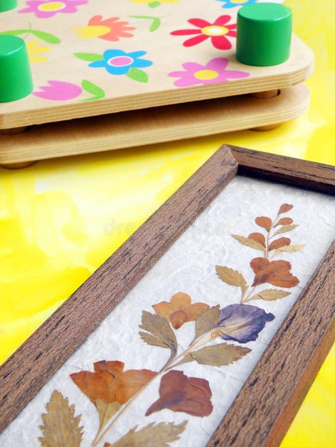 tillverka den torkade blommaväxtpressen arkivfoton
