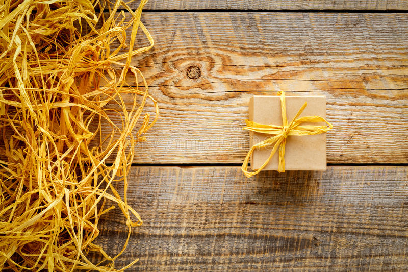 Tillverka gåvaasken på trätabellen med basten eller tvinna royaltyfria bilder
