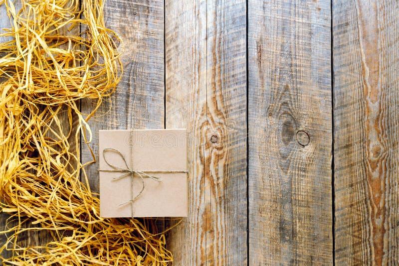 Tillverka gåvaasken på trätabellen med basten eller tvinna fotografering för bildbyråer