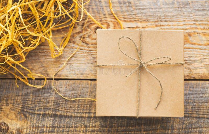 Tillverka gåvaasken på trätabellen med basten eller tvinna arkivfoton